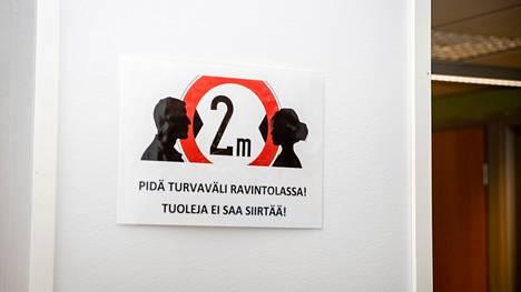 Opiskelijoita muistutettiin riittävistä turvaväleistä Tampereen ammattikorkeakoulun kampuksella 23. elokuuta.