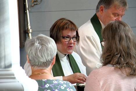 Taina Karvonen jakoi kirkkokansalle ehtoollista ensimmäisenä päivänään Jämijärven kappeliseurakunnan kappalaisena.