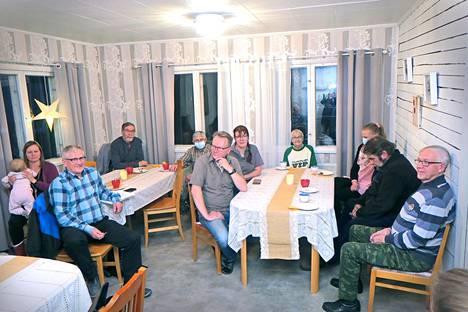 Yhteiset kylän kehittämisasiat kiinnostavat, ja siksi Vaskiveden kylän asukkaat ovat nytkin koolla Kahvila RasinTuvan yläkerrassa.