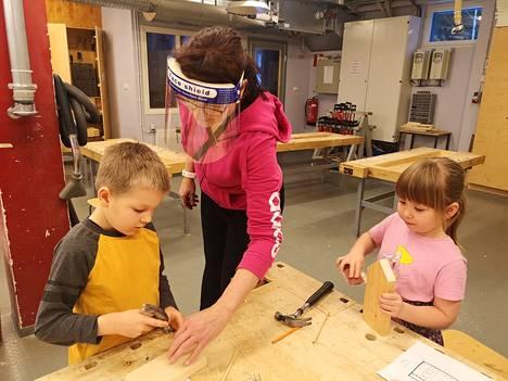 Tuomas Pohjolainen ja Lumi Aoki rakensivat purjevenettä puutöissä Muistolan esiopetusryhmässä Kati Matikaisen johdolla.