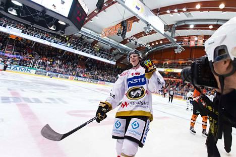 Topi Niemelä tuuletti uransa ensimmäistä liigamaalia.