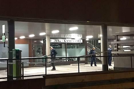 Lukijan ottama kuva tapahtumapaikalta yöllä. Poliisit olivat eristäneet alueen.