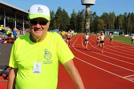 Järjestelytoimikunnan puheenjohtaja Matti Kero sai seurata kisoja tyytyväisenä kentän reunalta.