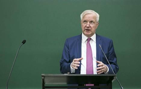 Olli Rehnin rooli Fifassa laajenee korona-avustusten jakamisen valvontaan.