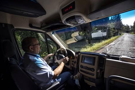 Timo Ranta aloitti taksinkuljettajan työt vuonna 1990. Reilun kolmenkymmenen vuoden aikana hän on nähnyt Jämijärven teiden kunnon muuttuvan vuosi vuodelta huonommaksi.