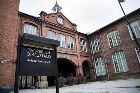Tukesin viranhaltijan vangitsemista käsiteltiin keskiviikkona Pirkanmaan käräjäoikeudessa. Aamulehti kuvasi Tampereen oikeustalolla elokuussa 2020.
