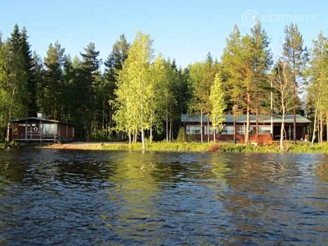 Myytävänä olevassa leirikeskuksessa Rastiaisjärven rannalla on myös erillinen rantasauna.
