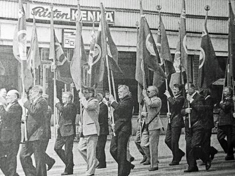 Pirkanmaan Sotaveteraanipiirin kesäjuhla toi Vilppulaan satoja veteraaneja ja juhlakansaa. Lippulinnan johtama ohimarssi kulki ryhdikkäästi keskustasta urheilutalolle, jossa pidettiin varsinainen pääjuhla.