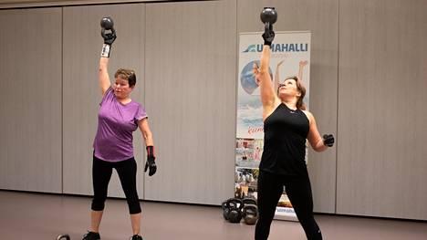 Punnerrus ja ojennus. Liikunnan riemusta nauttivat tiistai-iltana Aila Mäkelä ja Heli Salenius.