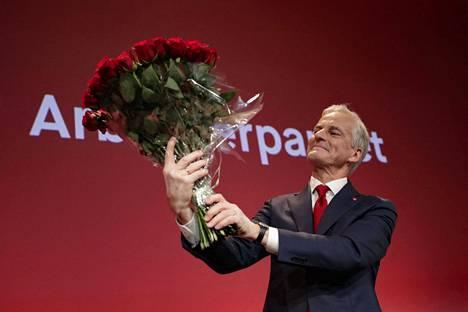 Työväenpuolueen johtaja Jonas Gahr Störe piteli ruusukimppua puolueen tilaisuudessa Oslossa sen jälkeen, kun vaalitulos selvisi.