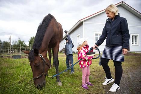 Jaana Hietakangas rakastaa hevosia ja vie mielellään lapsiaan Tatua ja Saagaa tallille hoitamaan leppeimpiä hevostuttavia kuten Badboy 2:ta, tuttavallisesti Bobi. Harrastus auttaa lapsia rauhoittumaan.