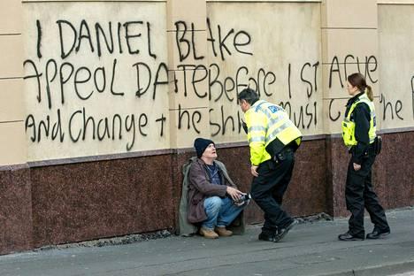 Minä, Daniel Blake kertoo 59-vuotiaasta puusepästä, joka putoaa byrokratian rattaisiin.