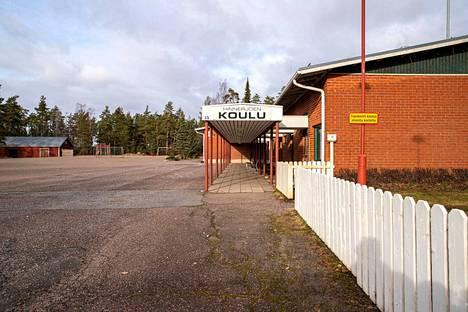 Kunnanjohtaja Juha Majalahti katsoo, että Hinnerjoen koulu voitaisiin remontoida kirjaston, nuorisotilan ja neuvolan käyttöön, jolloin kunta voisi luopua joistakin kiinteistöistä.