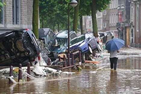 Vesi tulvi kaduille Verviersin kaupungissa Belgiassa 15. heinäkuuta.