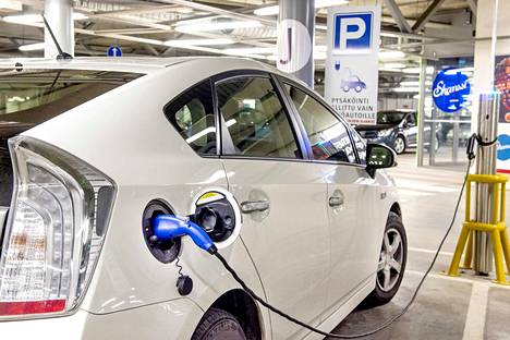 Sähkö- ja hybridiautojen suosio kasvaa kiihtyvällä vauhdilla. Arkistokuva.
