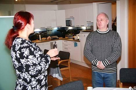 Suur-Keuruun päätoimittaja Eija Ruoho kiitteli Jouko Muhosta omaperäisten ja koko kansan tapahtumien järjestämisestä Antti-patsaan myöntämistilaisuudessa lehden toimituksessa.