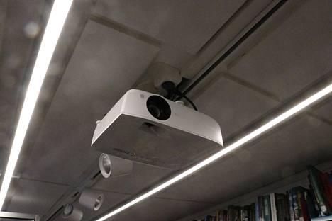 Projektorin ja valkokankaan avulla voidaan järjetää opastuksia ja elokuvanäytöksiä.
