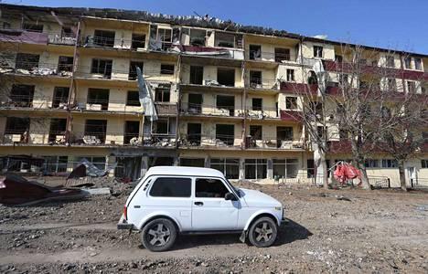 Vuoristo-Karabahin alueelle on sovittu tulitauosta. Armenia ja Azerbaidzhan ovat vuosikausia kiistelleet alueen hallinnasta. Taistelut maiden välillä leimahtivat syyskuun lopussa. Kuvassa tuhoja Shushin kaupungissa.