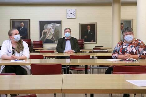 Ylihoitaja Marja Lehtimäki (oikealla), johtava ylilääkäri Hannu Nordqvist ja tartuntatautien vastaava lääkäri Irene Reinvall vakuuttavat, että rokotustilaisuuksien turvallisuudesta pidetään huolta. Rokotettavilta edellytetään kuitenkin kurinalaisuutta turvavälien pitämisessä sekä maskien ja käsidesin käytössä.