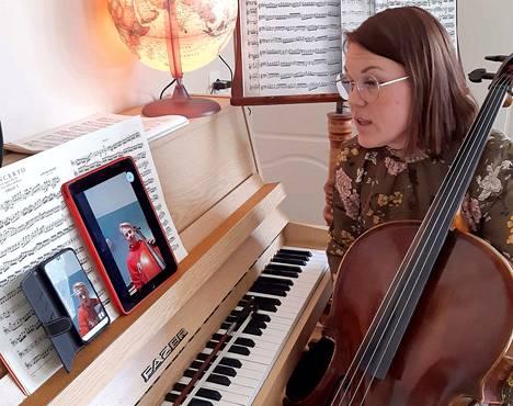Merikanto-opiston opettaja Marjo Tepponen opettaa etänä sellonsoittoa oppilailleen Aatu Mäkiselle.