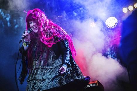 Porilainen poprockyhtye Amusia viihdytti yleisöä Porisperen Vaihtolavalla elokuussa 2015. Kuvassa laulaja Tuija Nyrhinen.