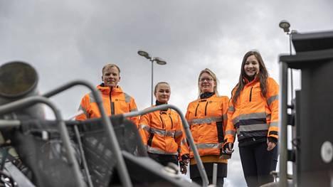 Tavoitteena on, että mikään kierrätettävä jäte ei menisi hukkaan, kertovat Jussi Pihlaja, Oona Lehtonen, Satu Kuutti ja Miia Saviahde Tarastenjärven jätekeskuksesta.