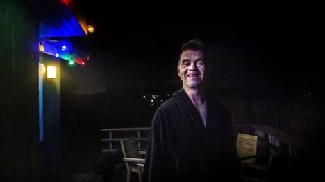 Marko Lehtovaaran aamurutiineihin kuuluu pulahdus meriveteen. Puoli kuudelta aamulla on vielä pimeää.