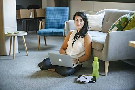 Jenni Parpala katsoo, että yrittäjänä voi määritellä itse oman työtahtinsa. Ei ole pakko työskennellä kellon ympäri, jos niin päättää.