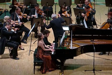 """Pianoduo ConFuego eli Maria Männikkö ja Pauli Kari sekä Pori Sinfonietta esittivät Porissa Ralf Gothónin pianokonserton """"Views of Life of H.H."""" Gothóni johti itse sävellyksensä kantaesityksen."""