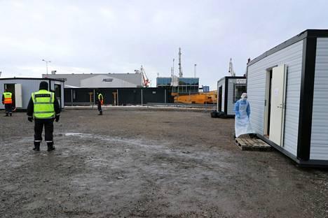 Rauma Marine Constructions Oy:n telakalla aloitetaan todennäköisesti taas entisestään tehostetut koronatestit ja terveystarkastukset. Arkistokuva maaliskuulta 2021 koronatestipaikalta.