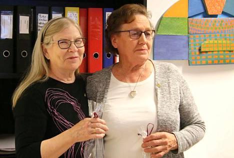 Annikki Siitari ja Enne-Liisa Kock saivat Pelastakaa Lapset -yhdistyksen kultaisen ansiomerkin pitkäjänteisestä työstään vähävaraisten keuruulaisperheiden hyväksi. Kolmas huomionosoituksen saaja, Riitta Tiainen ei päässyt tilaisuuteen.