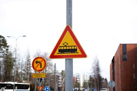 Raitiotien varoitusmerkki näyttää tältä. Hankalissa liittymissä, kuten liikenneympyröissä, on myös raitiotievalo.