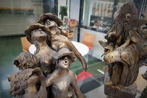 Anna-Liisa Siivosen kokoelma miniatyyripatsaita on nimeltään Elävät puut. Materiaali sekä yksityiskohtien rikkaus ja elävyys ihastuttavat.
