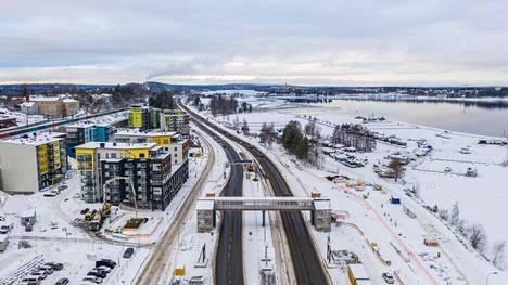 Ilmatieteen laitos varoittaa tiistaina huonosta ajokelistä. Sää jatkuu vielä lauhana, ja ajoittain tulee heikkoa lumisadetta. Viikon puolivälissä lumisateet runsastuvat. Tämä liikennekuva on otettu 11. tammikuuta Tampereen Paasikiventieltä.