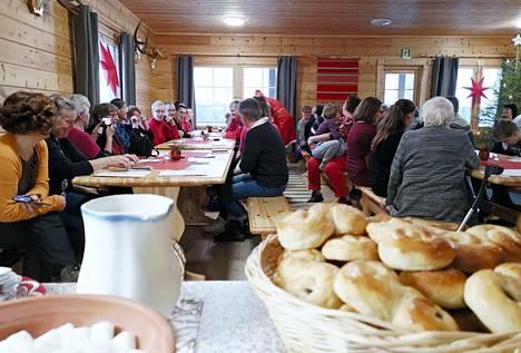 Väkeä oli Lehtiahon Metsäpirtti täynnä ja tunnelma mukavan leppoisa pikkujoulussa sunnuntaina.