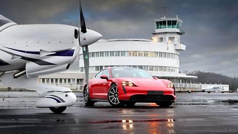 Jos Taycanilla olisi siivet, se ampaisisi kiitoradalta lentoon. Auto kuvattiin Malmin lentokentällä viime vuoden lopussa.