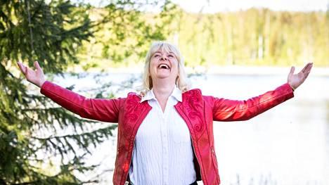 Tiina Pöhö nimeää empimättä sijoittamalla vaurastumisen tärkeimmäksi asiaksi mielenrauhan. Aamulehti kuvasi Pöhön hänen vapaa-ajanviettopaikallaan Lempäälässä kesäkuun alussa.