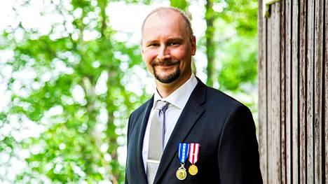 Valkeakosken Reserviupseerikerhon puheenjohtaja Kimmo Peltonen seisoo kerhon omistamalla Iso-Herityn majalla Valkeakoskella 12. kesäkuuta 2021.