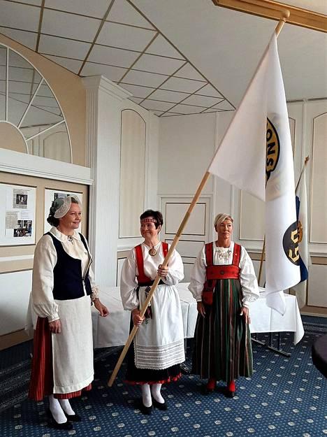 Klubin uutta, omaa lippua kantaa presidentti Satu Tamminen, airueina Ansa Laamanen ja Hannamari Rannisto.