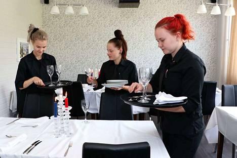 Tarjoilijaopiskelijat Jenni Korpela, Jennifer Pasanen ja Janette Ahvenainen tietävät jo, mitä salin puolella kuuluu tehdä. Samoja asioita toistetaan monta kertaa, jotta tekemisestä tulee rutiinia.