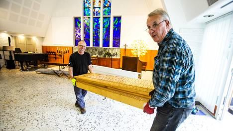 Rakentaja Raivo Sirvi (vas) ja urkurakentaja Ago Tint purkavat Kappelikirkon urut osiin kuljetusta varten.