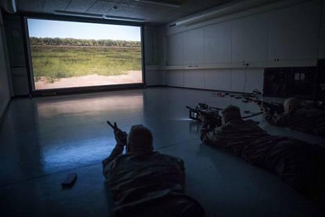 Niinisalon varuskunnassa esitellään puolustusvoimien uusia koulutusmetodeja.Uudella simulaattorilla voidaan harjoitella ampumista ennen kuin siirrytään koviin.