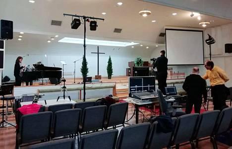 Praisement-yhtye valmistautuu Keuruun seurakuntien yhteisen pääsiäisjuhlan nauhoituksiin Betania-salissa.