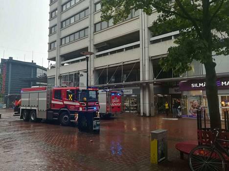 Pelastuslaitoksen kaksi yksikköä oli paikalla eilen Teljäntorin kauppakeskuksessa, johon oli mennyt sisälle vettä.