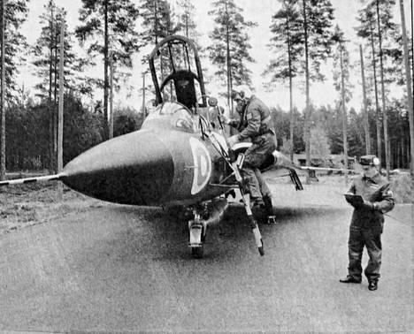 KMV-lehti kertoi 28. syyskuuta 1991, että ensimmäinen Ruotsista vuonna 1972 Suomeen käytettynä tuotu Draken lensi viimeisen lentonsa torstaina 26. syyskuuta Kuorevedeltä Rovaniemelle. Konetta ohjasi Lapin lennoston komentaja, eversti Pekka Kanninen, joka lensi koneella sen tullessa Suomeen. Drakenin saatteli matkaan sotilasmestari Timo Rasi.