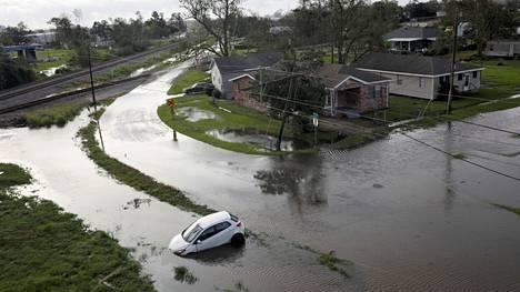 Hirmumyrsky Ida jätti jälkeensä tulvivia katuja Kennerissä Louisianassa 30. elokuuta 2021.