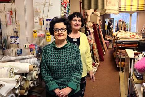 Pikkukirjon yrittäjät Pirjo Saha ja Paula Tiihonen sulkevat liikkeen ovet 22 vuoden jälkeen.