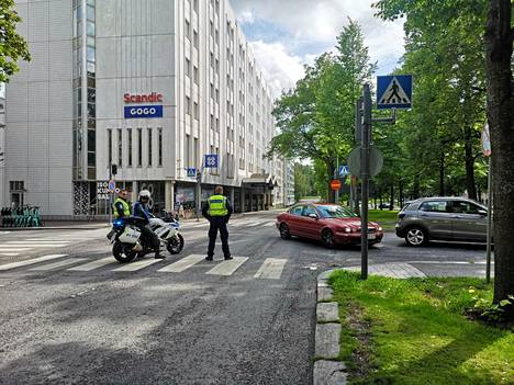 Poliisi ohjaa liikennettä kääntymään jo ennen mielenosoituspaikkaa.