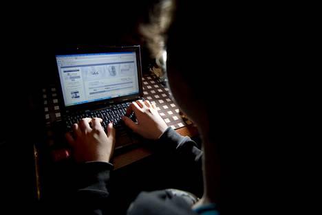 Vielä vuosikymmen sitten hakkerit junailivat kyberhyökkäyksiä manuaalisesti. Nykyään kyberhyökkäyksetkin ovat jo automatisoituneet, eli tietokone yrittää murtautua tietoverkkoon erilaisten ohjelmistojen avulla.