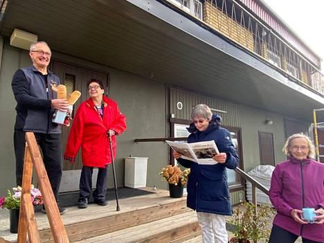 K-market Penkkimäkeä 36 vuotta pitäneet kauppiaat Riitta ja Esa Peltola yllätettiin perjantaina. Päivi Lumme luki parille riimittelemänsä runon ja Mirja Kärki seurasi vieressä.